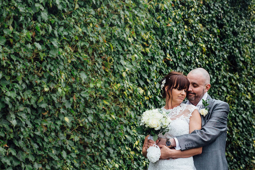 Esta-novia-decidió-raparse-la-cabeza-durante-su-boda-para-apoyar-a-su-novio-con-cáncer-terminal-01