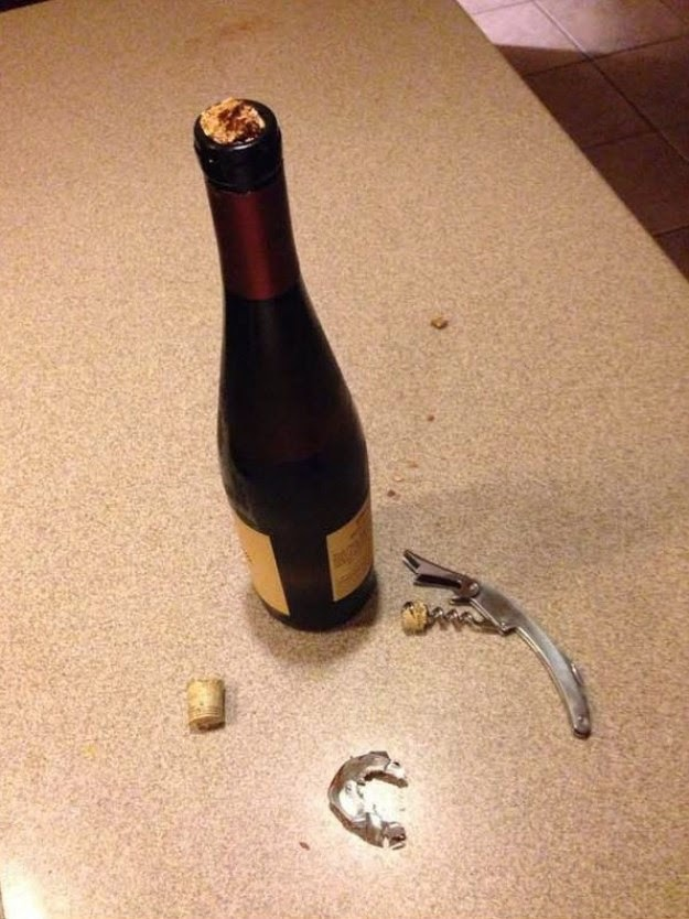 Para abrir uma simples garrafa de vinho você faz isso.