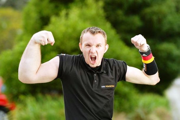 Matthias Schlitte nasceu com um braço grande e incomum, fazendo-o um profissional de queda-de-braço.