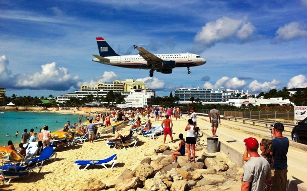Aeroporto Princesa Juliana, ao lado de uma praia em São Martinho/Caribe
