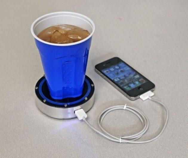 #4 - Suporte de bebidas que também carrega celular.