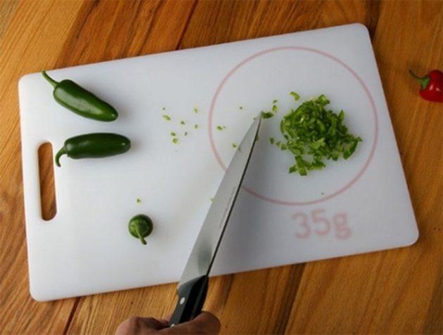 #12 - Tábua com balança para mostrar quanto pesa o alimento.