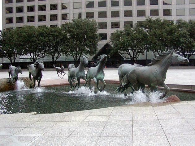 #5 - Mustangs por Robert Glen, Las Colinas, Texas, EUA
