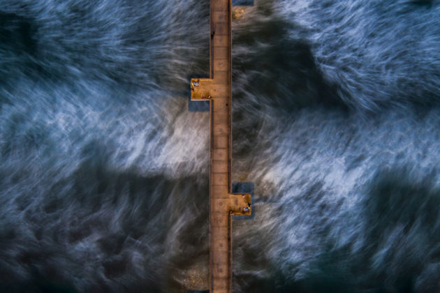 Água em movimento em cima de um Pier em Veneza, Itália. Foto por: Stephcout