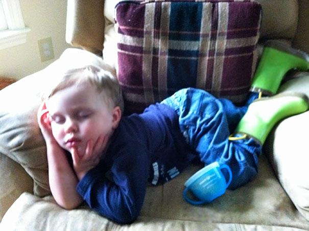 funny-kids-sleeping-anywhere-10-57a987f53781c__605
