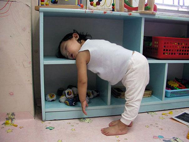 funny-kids-sleeping-anywhere-125-57aaeafca9771__605
