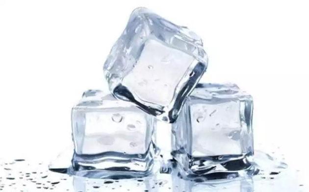 Eles utilizam pedras de acrílico se passando por pedras de gelos, dando aquela leve impressão de derretimento.