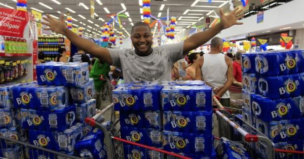 Chegar no supermercado e ver promoção de cerveja.
