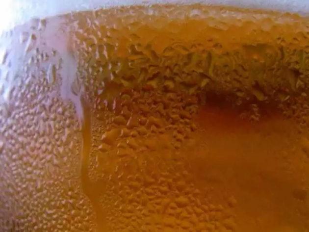 Os copos suados de cerveja são uma mistura de glicerina, água e bebida quente.