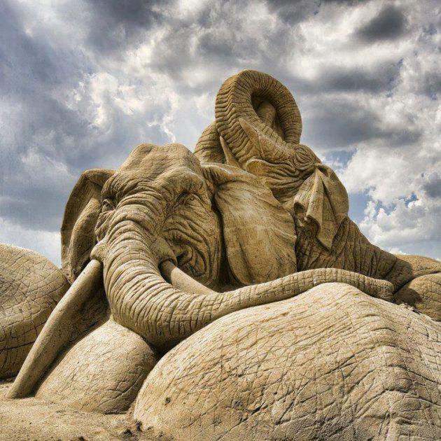 #10 - Escultura gigante feita de areia.