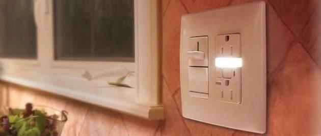 Tomada com luz pra te ajudar quando estiver escuro.
