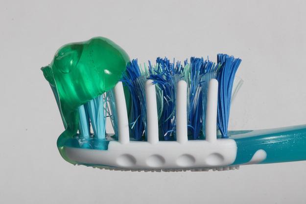 como-usar-embalagem-de-pasta-na-escoda-dental