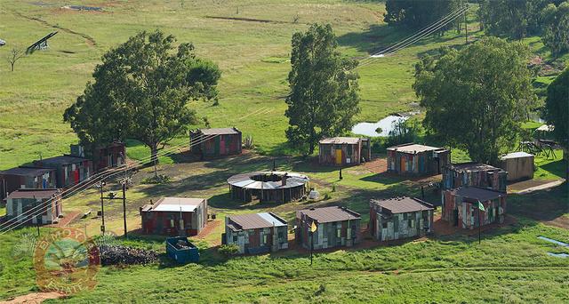 Hotel de luxo simula ser uma favela pra turistas experimentarem a pobreza-11