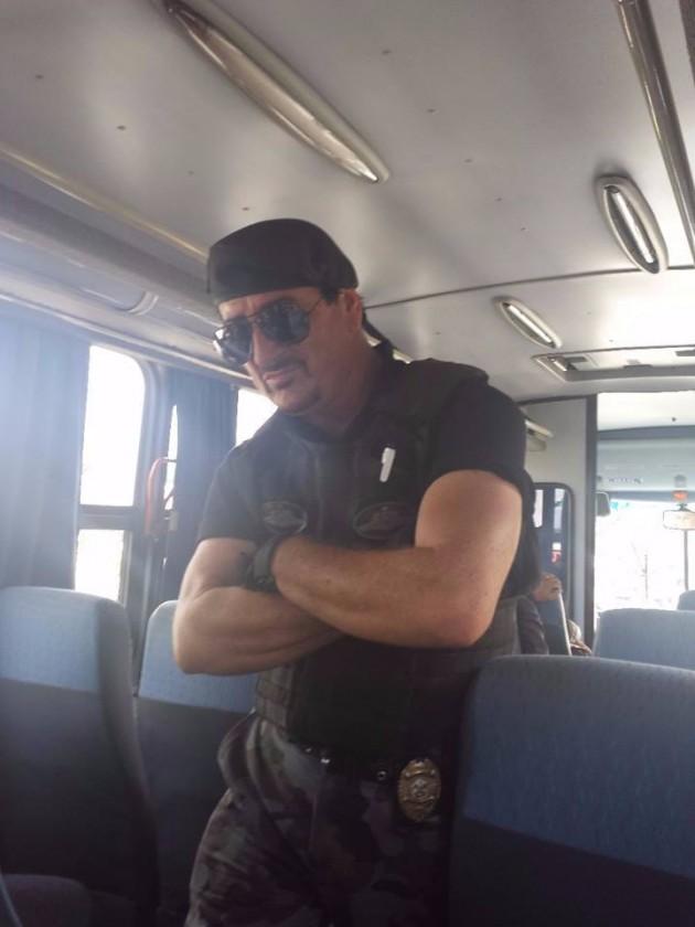 Rambo fazendo a segurança do ônibus