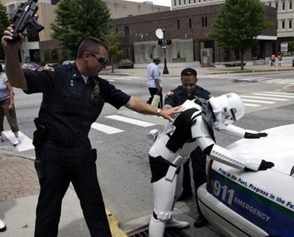 Stormtrooper sendo revistado.