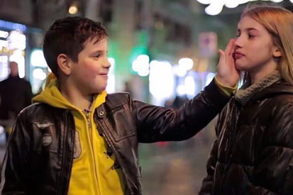 Essa é a reação de meninos ao serem incentivados a bater numa garota