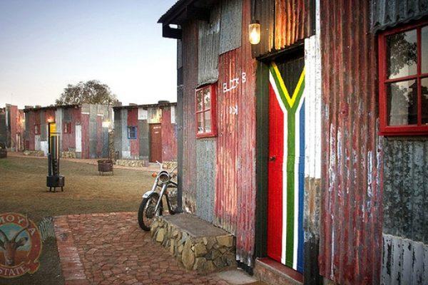 Hotel de luxo simula ser uma favela pra turistas experimentarem a pobreza