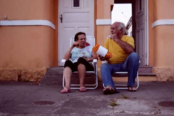 Projeto espalha cadeiras nas ruas para estimular o antigo hábito de conversar na calçada