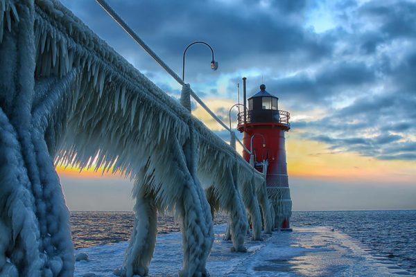 #4 - Farol congelado no Pier Norte de St. Joseph, Michigan, EUA