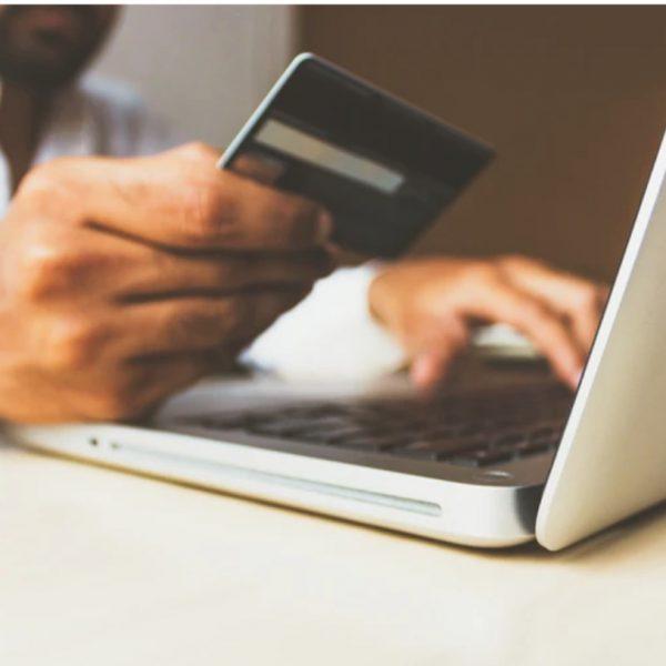Homem com cartão de crédito fazendo compras online