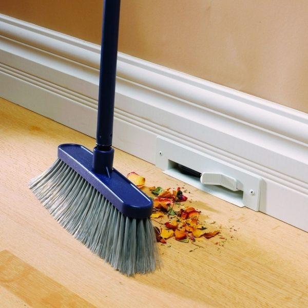 Aspirador embutido na parede. Basta jogar a sujeira e ele joga diretamente no lixo