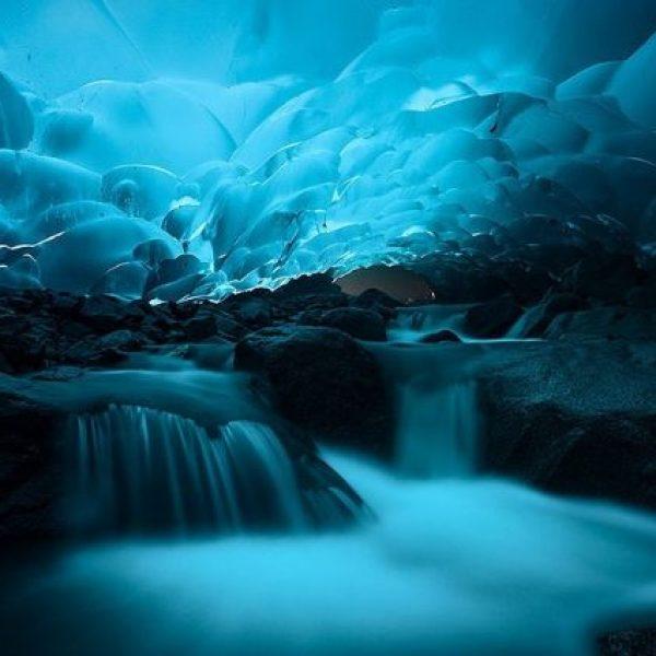 CAVERNA MENDENHALL Parece até cenário de filme, mas é real! A caverna fica no sudeste do Alasca.  Um local simples que se torna incrível devido aos seus pequenos detalhes. A luz que passa pelo gelo reflete por toda a caverna, deixa o ambiente muito paradisíaco.