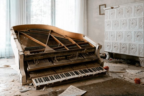 piano abandonado capa
